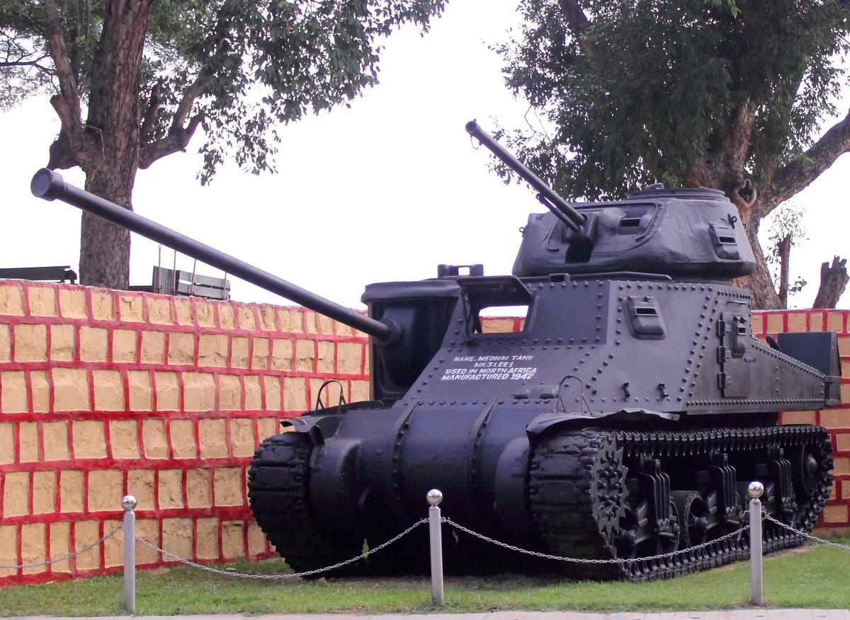 M3中戦車といえば例のコラが有名ですが、これはコラではなく現物が実在する展示車両。本物の砲を取り去った部分にダミー砲身を付けたとのこと。ダミー砲身に長砲身を選んだ人間が軍事に無理解だったのかわるいミリオタだったのかは不明。
