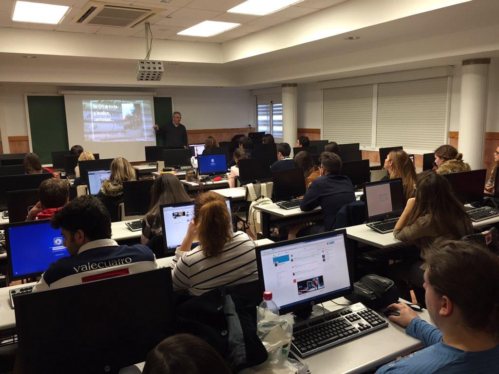 Turno de @Santisaiz en #UCAMMediaLab para mostrarnos cómo el periodista aporta valor en las redes https://t.co/Quix3YXktJ