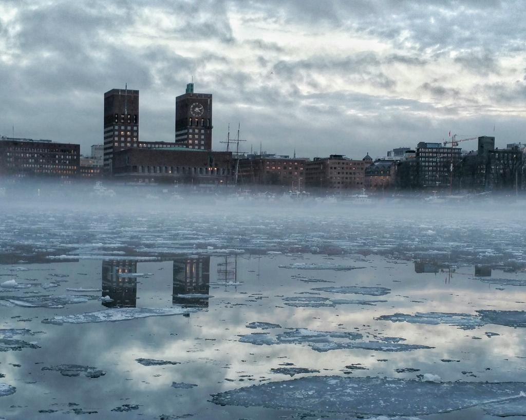 #Oslo #cityhall & #harbour | #evening #today #winter #snow #ice #water #reflection #fog #VisitOslo #Norway https://t.co/w93fxHXevC