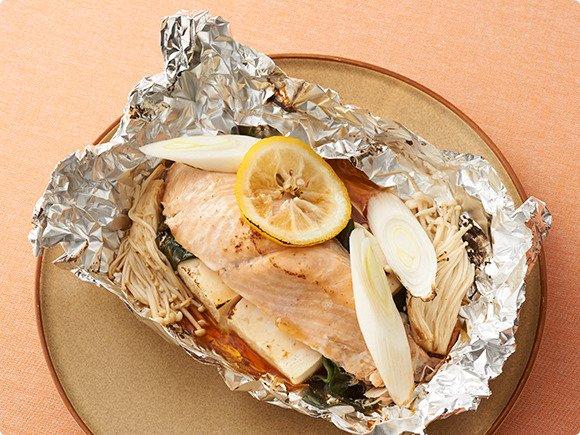 \とっても簡単!/ 冬にぴったりのホイル焼きと湯豆腐をかけ合わせたアイディアレシピ「鮭と豆腐のさっぱりホイル焼き」のご紹介。ヘルシーメニューで、ポン酢でさっぱり優しい味わいです!