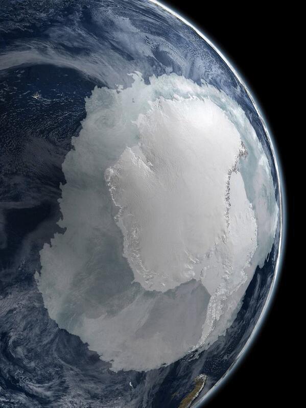 宇宙から見た南極。 pic.twitter.com/PoDhETvJvY