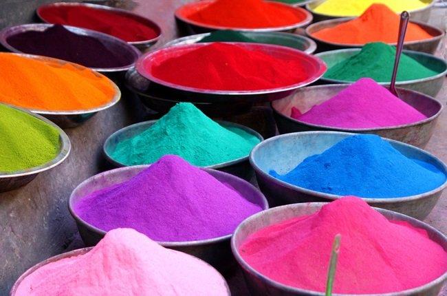「ホーリー祭」。インドやネパールで行われるヒンドゥー教の春の祭り。冬の終わりを告げ、新しい人生の始まりを求めるためのカーニバルです。互いに着色された水や粉を浴びせ、喜びにひたります。