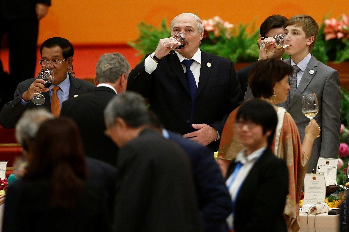 Nikolai Lukashenko gave the wife the President of China a casket