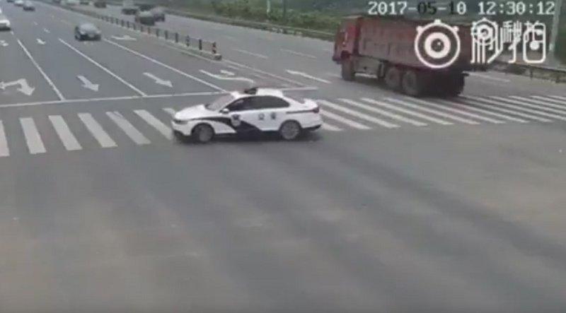 Resultado de imagen para Lo que hizo este policía no deja indiferente a nadie