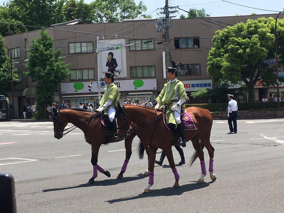 長年京都に住まいしていて、今日初めて葵祭の行列を見たのだが、なにより驚いたのは、警備をしている京都府警がこういう服装をしていること。検非違使か。