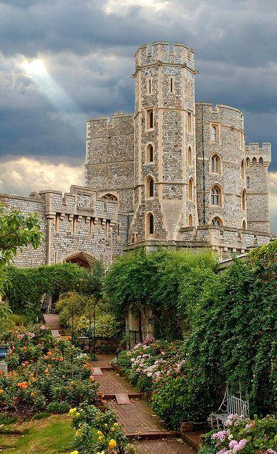 #Windsor Castle (Rose Garden), Windsor, #England @AndreiAndrei63 @Ava_Av9 @ali33322216 @SNajahh @MamsiRamzi @pintsize73 @myall3000<br>http://pic.twitter.com/xpbX9hATfP