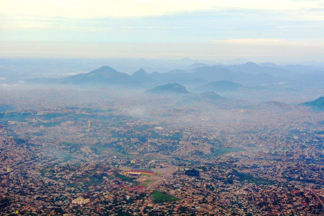 Yaoundé, vue des airs... Collines, Stade omnisports, Ministères et Camp SIC se distinguent :) #kmertour https://t.co/ulqTTfjZSm