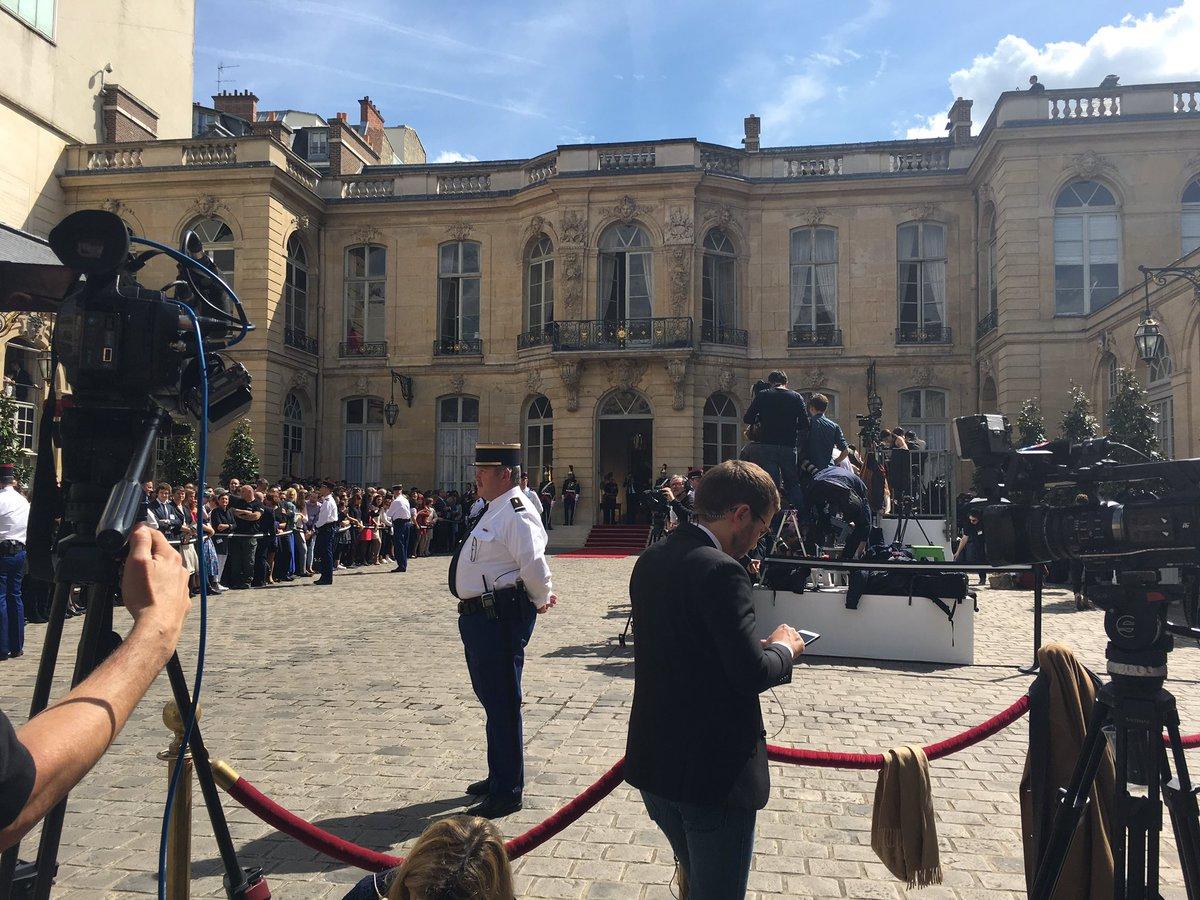 On attend... encore... #passationdepouvoir #PremierMinistre<br>http://pic.twitter.com/m0UdhzjiWJ