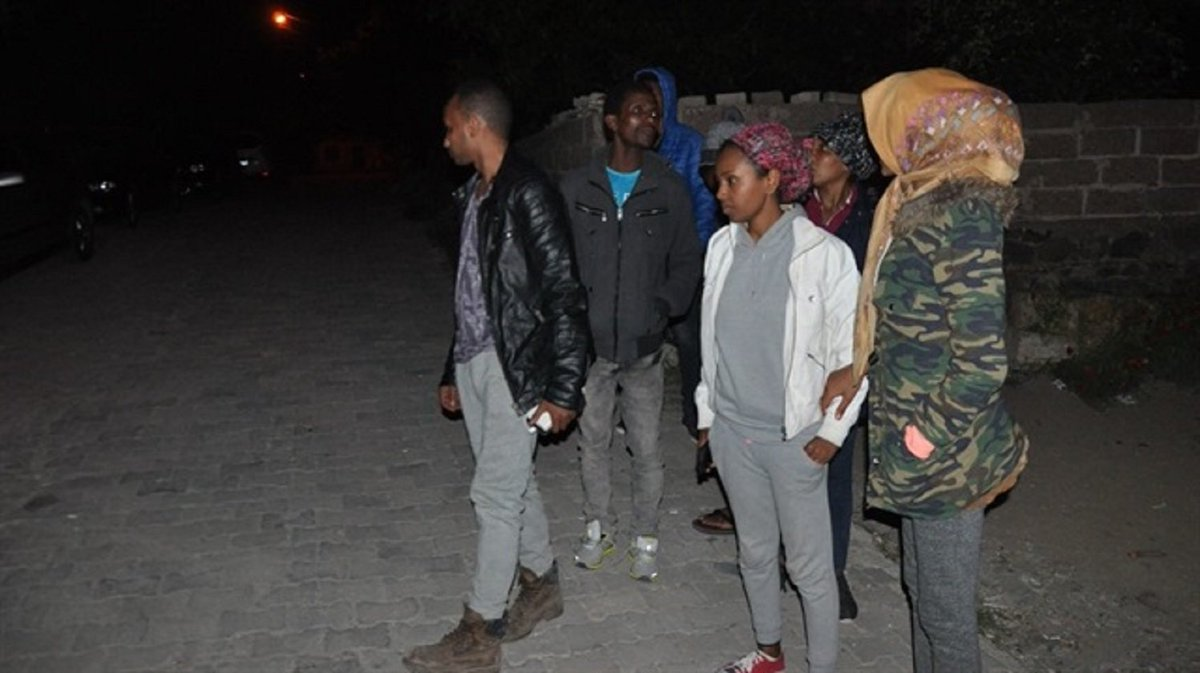 The Ayvacık Gendarmerie crews caught 49 refugees from Eritrea, Cuba, Syria and China, including women and children.