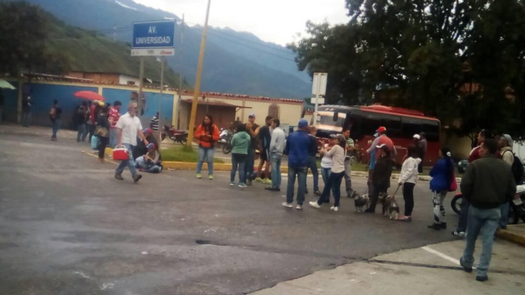 Merida: Sit-in at Avenue Universidad Vuelta de Lola