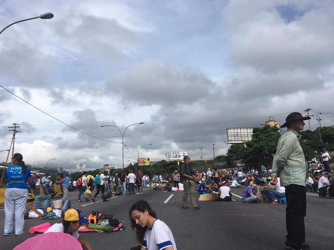 Peaceful protest now at Francisco Fajardo highway at Altamira