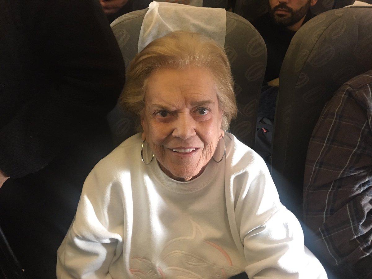 Dona Tereza, 87 anos, chegou em Buenos Aires para torcer pelo Mengão contra o San Lorenzo. Que exemplo! 🔴⚫️