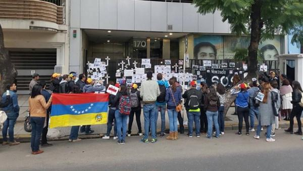 Venezuelans protest at embassy in Argentina in against the government of Nicolas Maduro