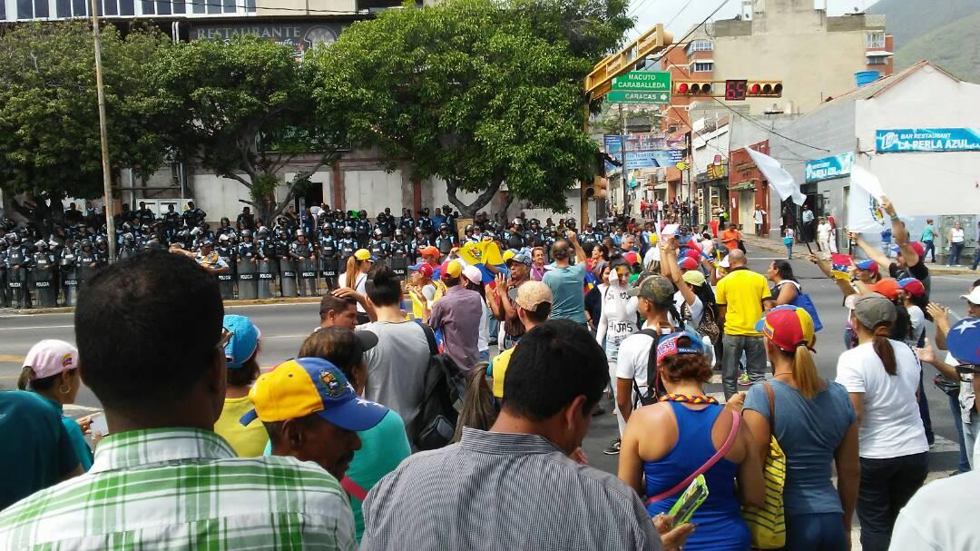 Sit-in #PlantonNational of the opposition in the streets of Los Baños de Maiquetía in Vargas