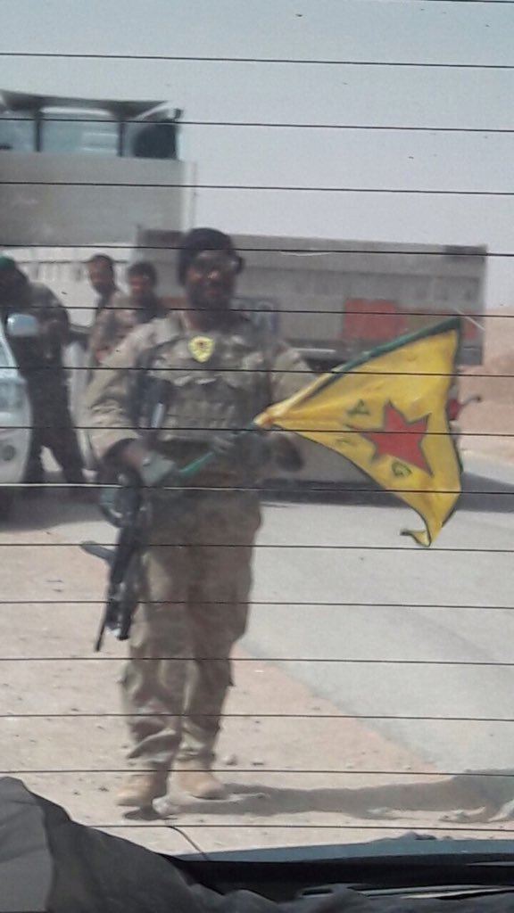 US-troop spotted with a YPG flag and patch near Tabqa during Raqqa offensive in Syria.