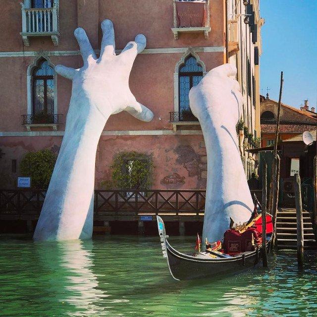 「地球温暖化の水面上昇に危機感持てよ!!」的なメッセージが込められたオブジェ@ヴェネツィア pic.twitter.com/4yPKe0UkON