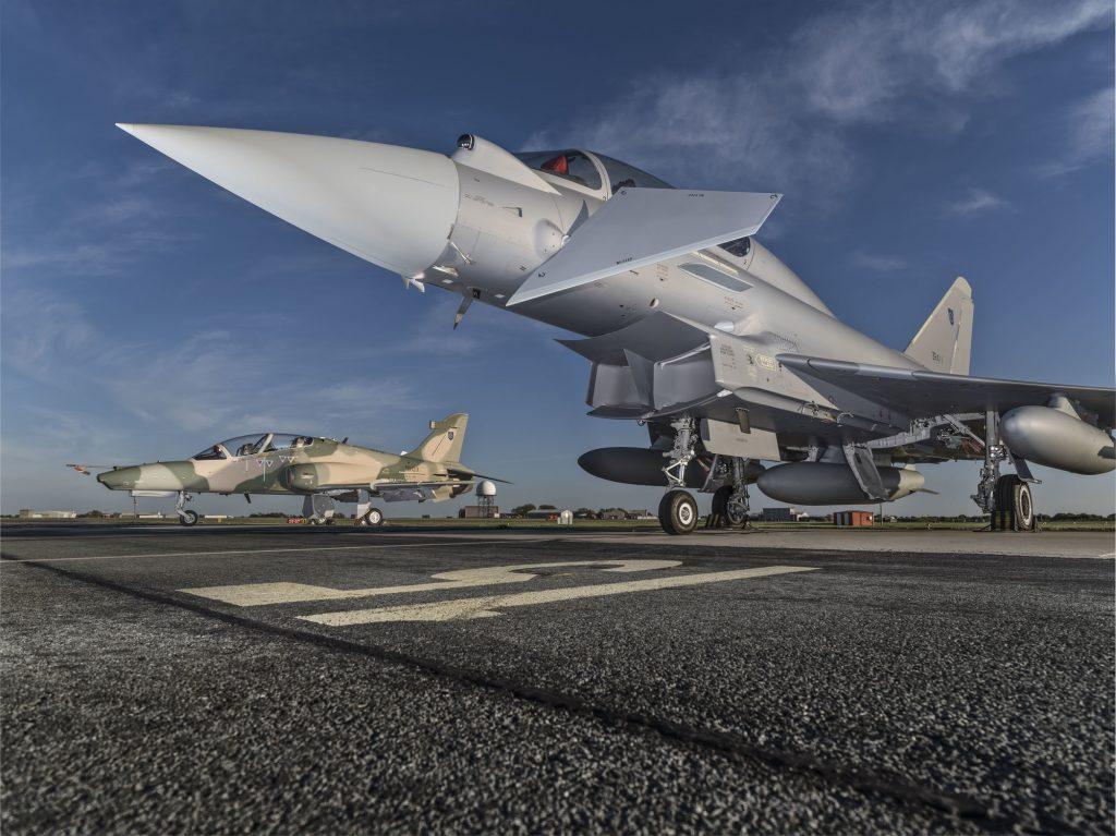 سلاح الجو السلطاني العماني يستعد لتدشين المجموعة الأولى من مقاتلات  (التايفون) و(الهوك) C_5IAi8XkAEXYBT