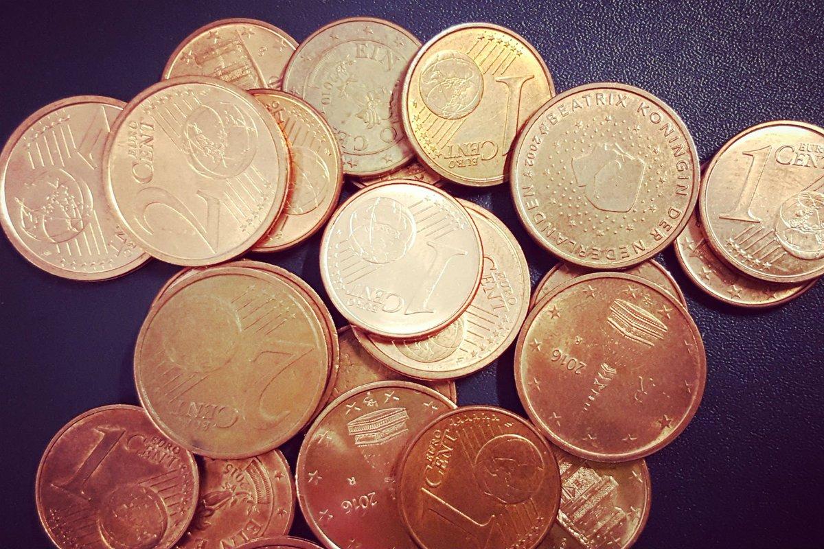 una serie di monetine su un tavolo nero