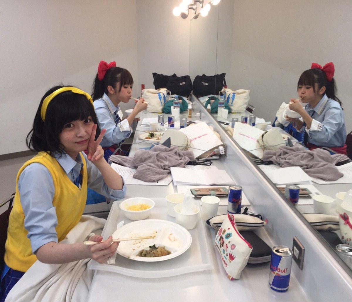 とある日の亜麻百合高等学校のお昼。えっと…ウメ周り汚っ。 pic.twitter.com/K5Ljt1SQSr