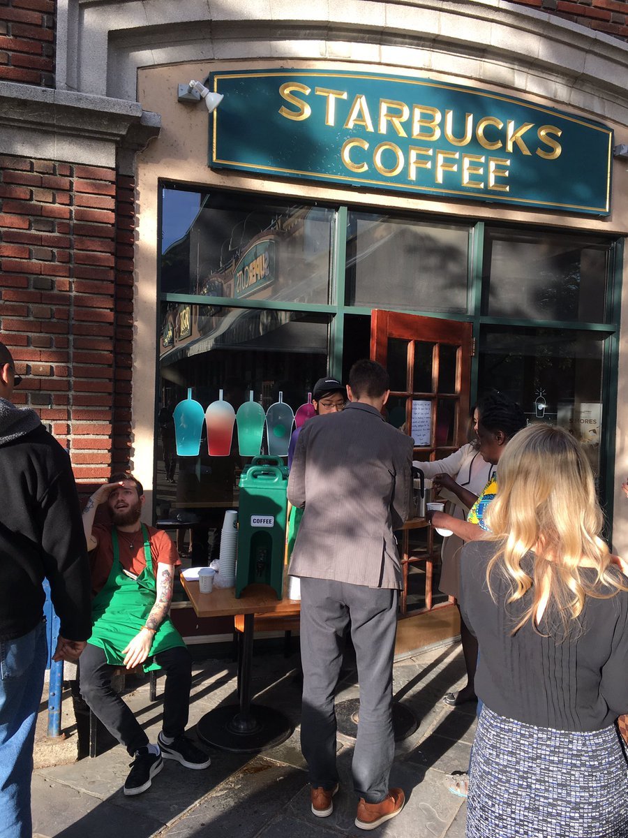 The @Starbucks point of sale system is down so their staff is outside giving commuters free coffee. #customerservice https://t.co/l1edFp4H8q