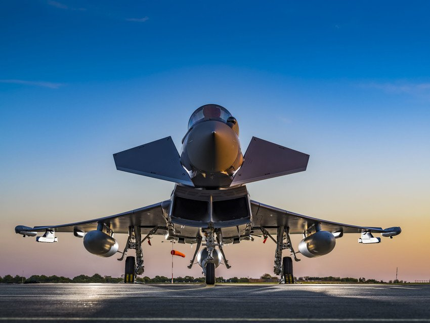 سلاح الجو السلطاني العماني يستعد لتدشين المجموعة الأولى من مقاتلات  (التايفون) و(الهوك) C_8kxy-UQAA8tu5