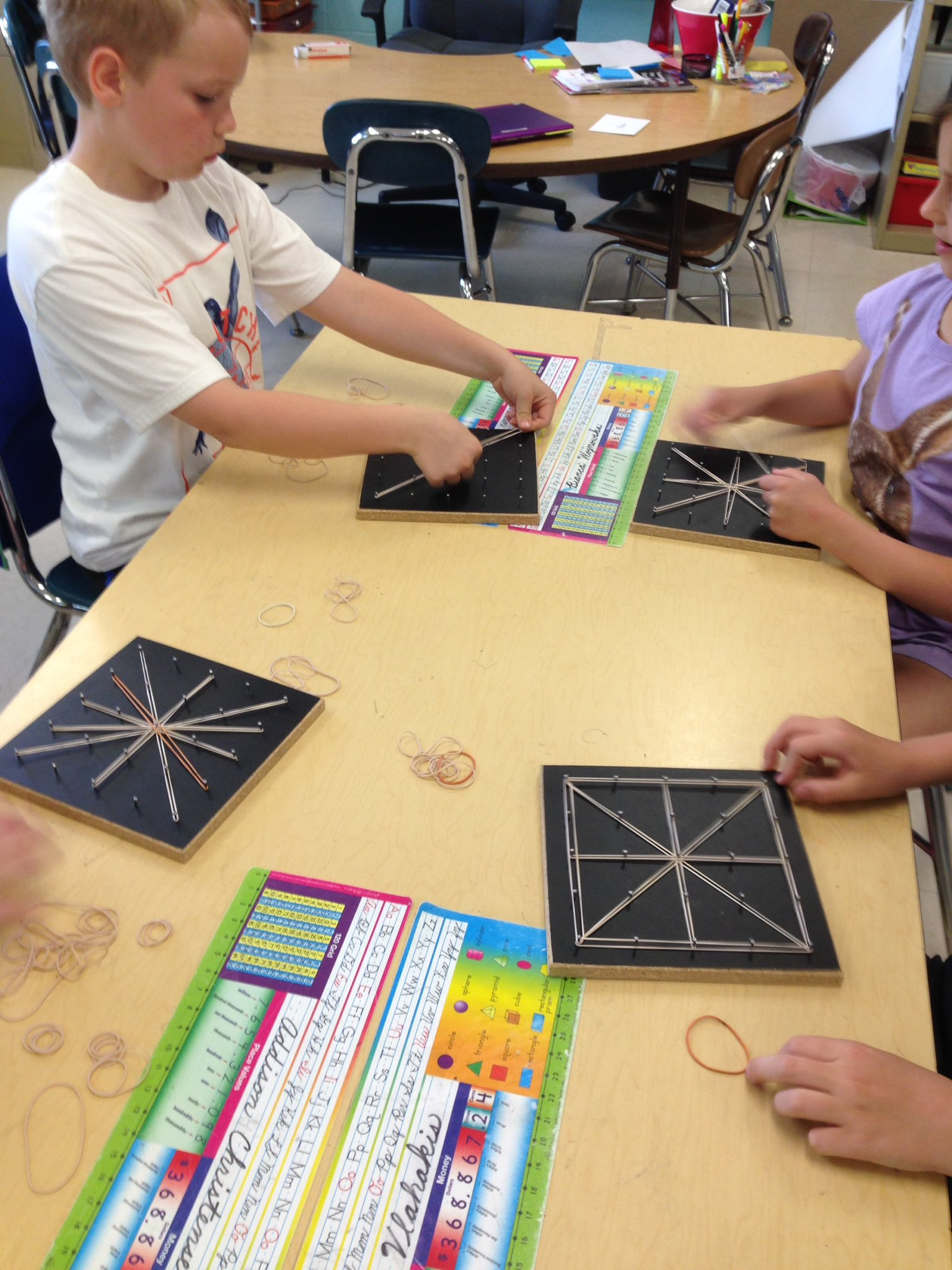 Geoboards help us study geometric shapes! #iginspires #rtsd26learns https://t.co/RPI4W10G4L