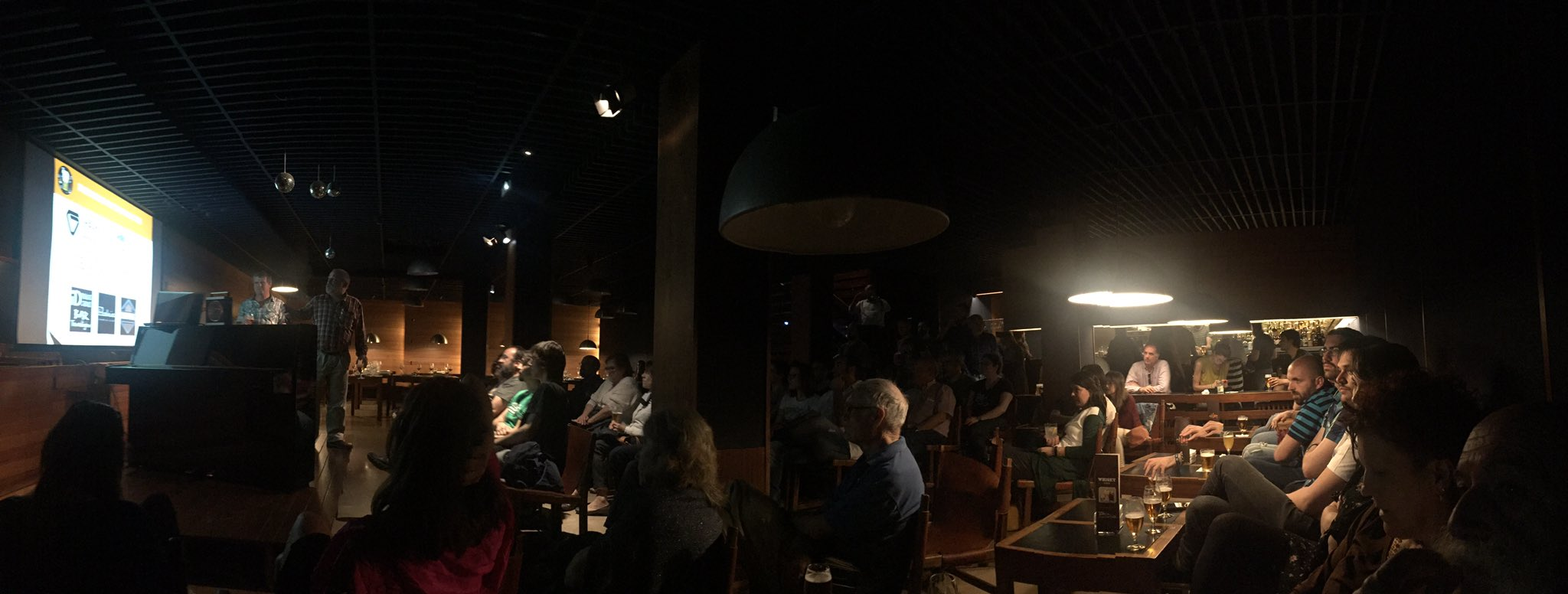 Llenazo en el Bar Bahía #Pint17PNA @pintofscienceES https://t.co/thqZNBVkAu