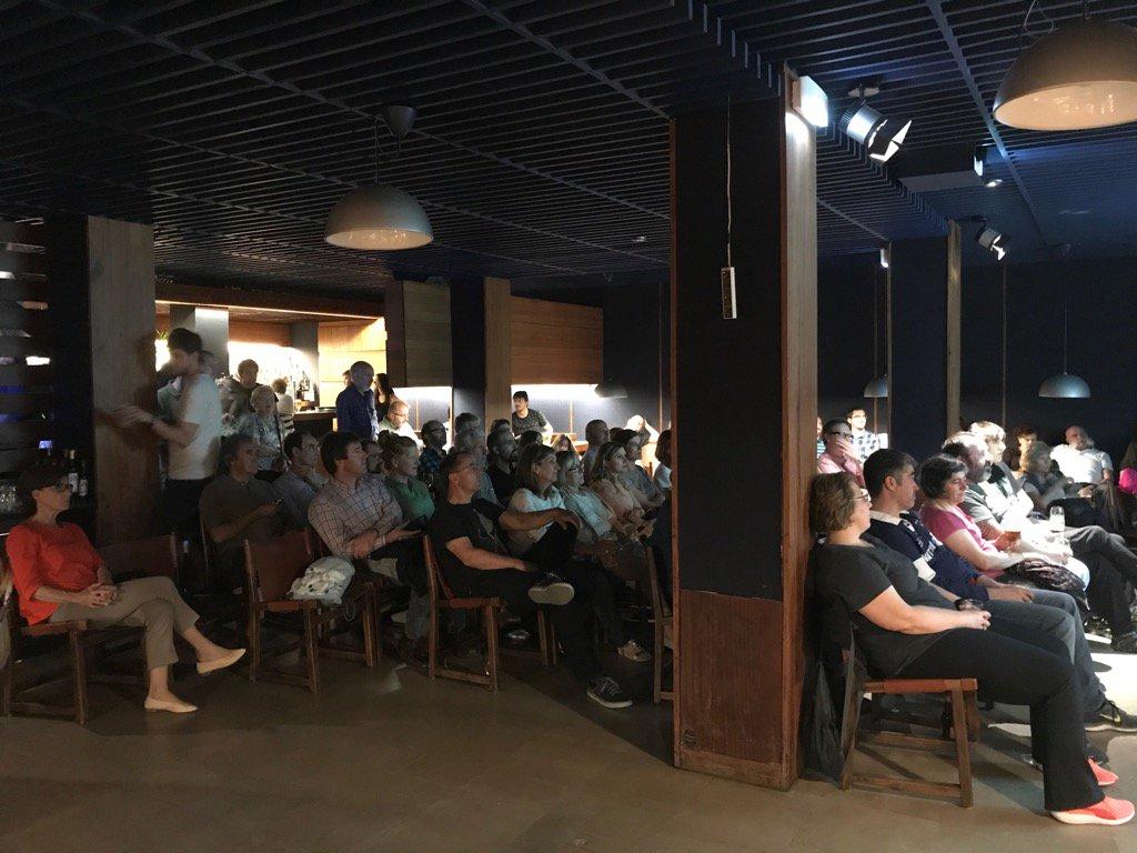 Sabes qué hace toda esta gente tan atenta en un bar? Esto es #Pint17ES #Pint17PNA ciencia en los bares https://t.co/1LQ7yP9xs5