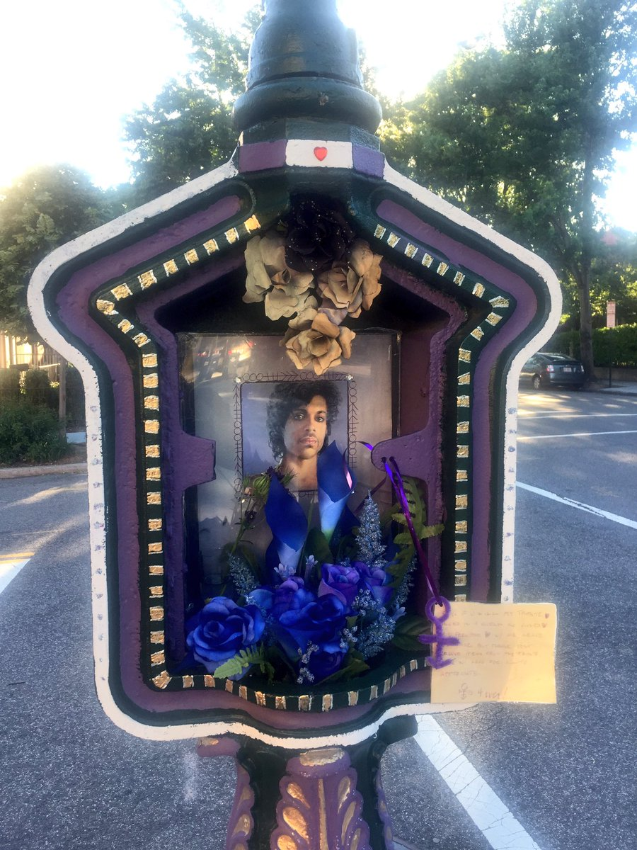 Another reason we love DC... check out this call box in #CapitolHill that&#39;s a tribute to Prince!  #DClove #RIPPrince #dccallboxart<br>http://pic.twitter.com/YUG3f7xMUe &ndash; à Capitol Hill