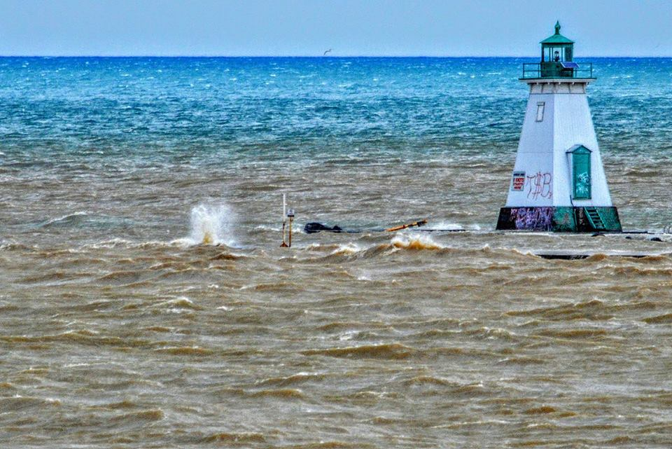 Water encroaching on the Lighthouse in Port Dalhousie. Piers underwater... #onstorm (Credit Bruce Leigh for image) https://t.co/zrGOCuxjjY
