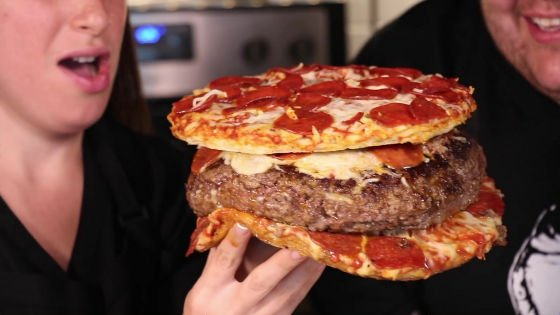 【狂気感】ピザの入ったハンバーグをピザで挟むというカオスな食べ物 その名も「PIZZA INSIDE A BURGER INSIDE A PIZZA」。8444kcal。