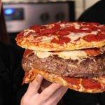 カオスすぎて辛いピザの入ったハンバーグをピザで挟む