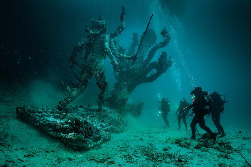 暗い海底に沈むカーリー&ヒドラ像 それを見上げるダイバーたち なんて少年ハートが踊らされる一枚…