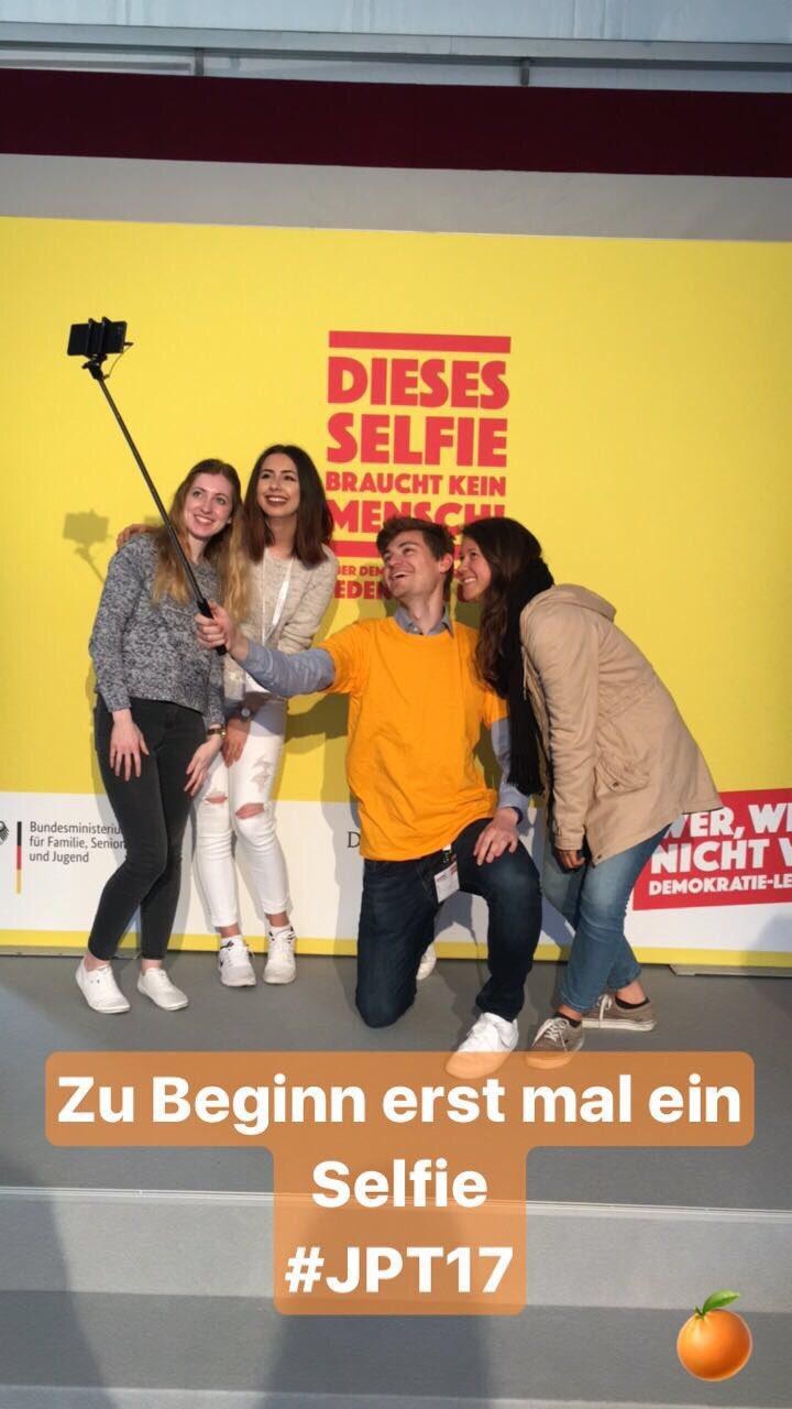 Selfie gemacht, jetzt kann's losgehen! 📸 #JPT17 #DemokratieLeben #politikorange https://t.co/y7hSyu6Tlu