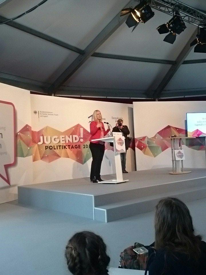 """@ManuelaSchwesig: """"Müssen dafür sorgen, dass nicht das Leben verplant ist, bevor junge Menschen es selbst in die Hand nehmen können."""" #JPT17 https://t.co/jNpqyau6ea"""