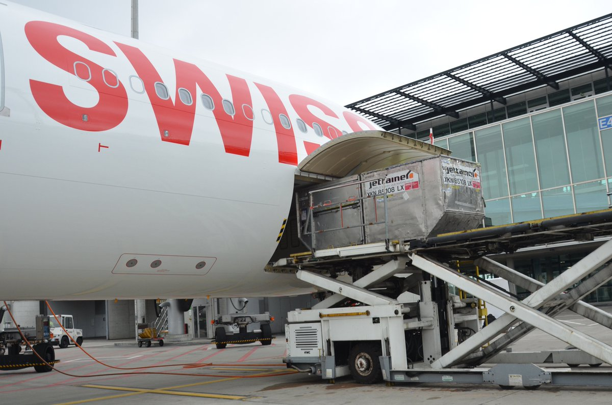 #HubDay: a #loading scene at our hub #Zurich<br>http://pic.twitter.com/g4hYmxwAyd