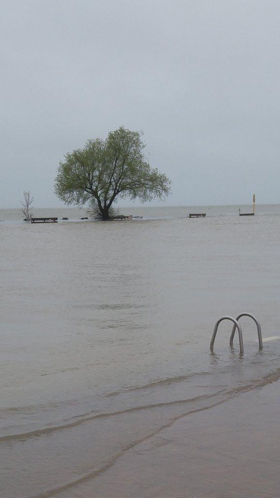 Water levels in Port Dalhousie peer Lake Ontario via /r/Pictures https://t.co/dt9KiCLHJM https://t.co/Ghs2KSAojU