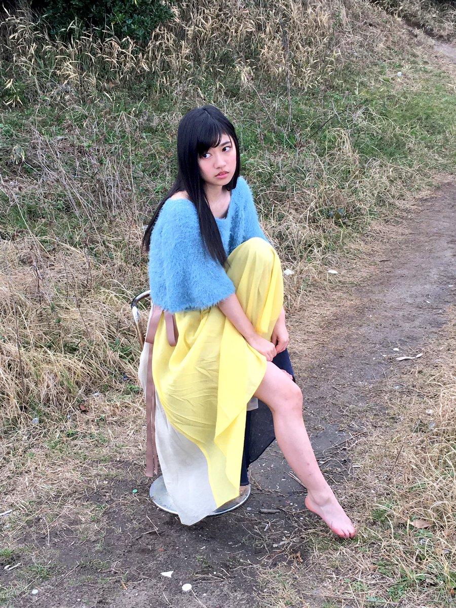 黄色いスカートにブルーのトップスを着ている寺田蘭世の画像