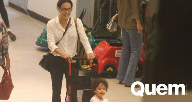 Caçulinha de Carolina Ferraz encanta por fofura em passeio com a mãe https://t.co/m1kvqxsEtJ