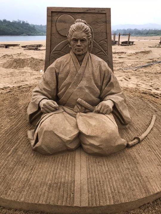 【身内話で失礼します】砂像彫刻家の夫・保坂俊彦が、本日台湾は福隆での砂像世界大会で優勝したとの報告。優勝作の画像送られて来てひっくり返った。こんな砂像見たことない。侍だ。侍がおる(あと畳の目!)。福隆に夏に行かれる予定の方は是非この御仁と相対してはいかがか。 pic.twitter.com/C7nucWYt5t