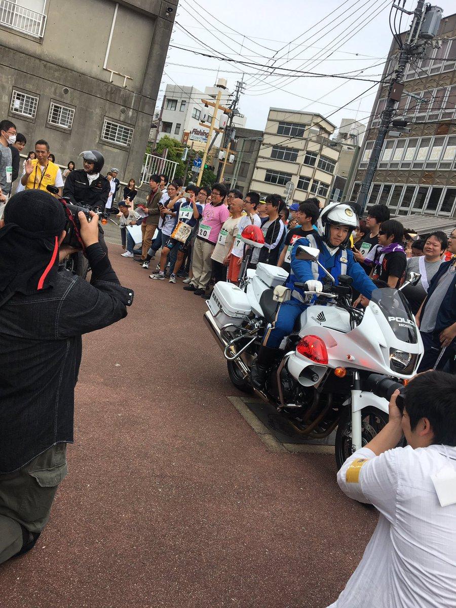 白バイの先導で、ハーレーに乗り大塚明夫さん登場である。きゃーーー❤️❤️❤️❤️ #マチアソビ https://t.co/AyoNh4HRbS