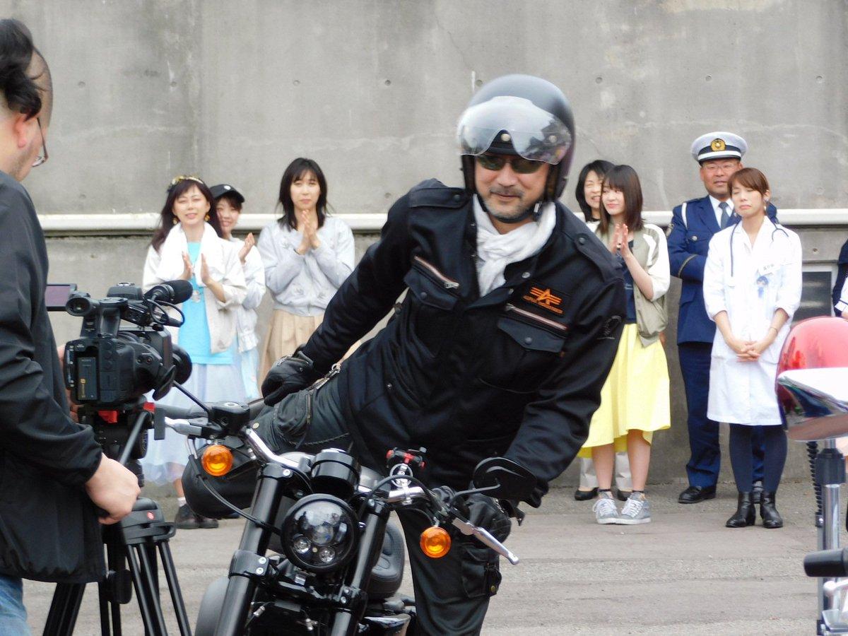 バイクにまたがる大塚明夫