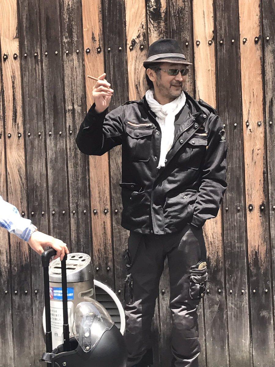 煙草を吸う大塚明夫
