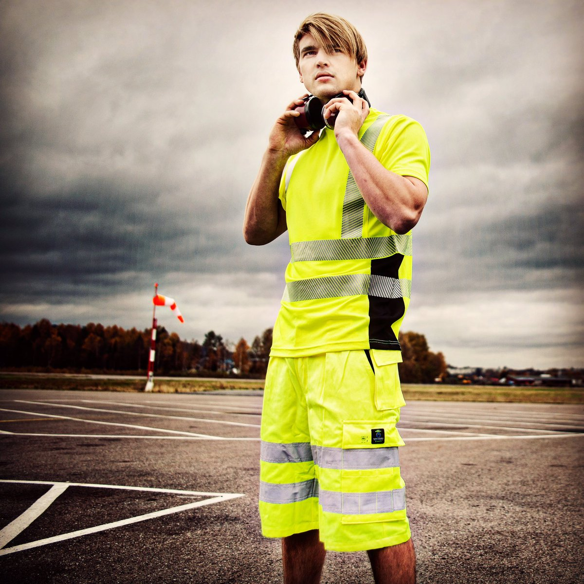 72cc49de På tide med shorts og t-skjorte på jobb? Vi har stort utvalg av lettere # arbeidsklær ! #univernpic.twitter.com/eDKs1GT6UI