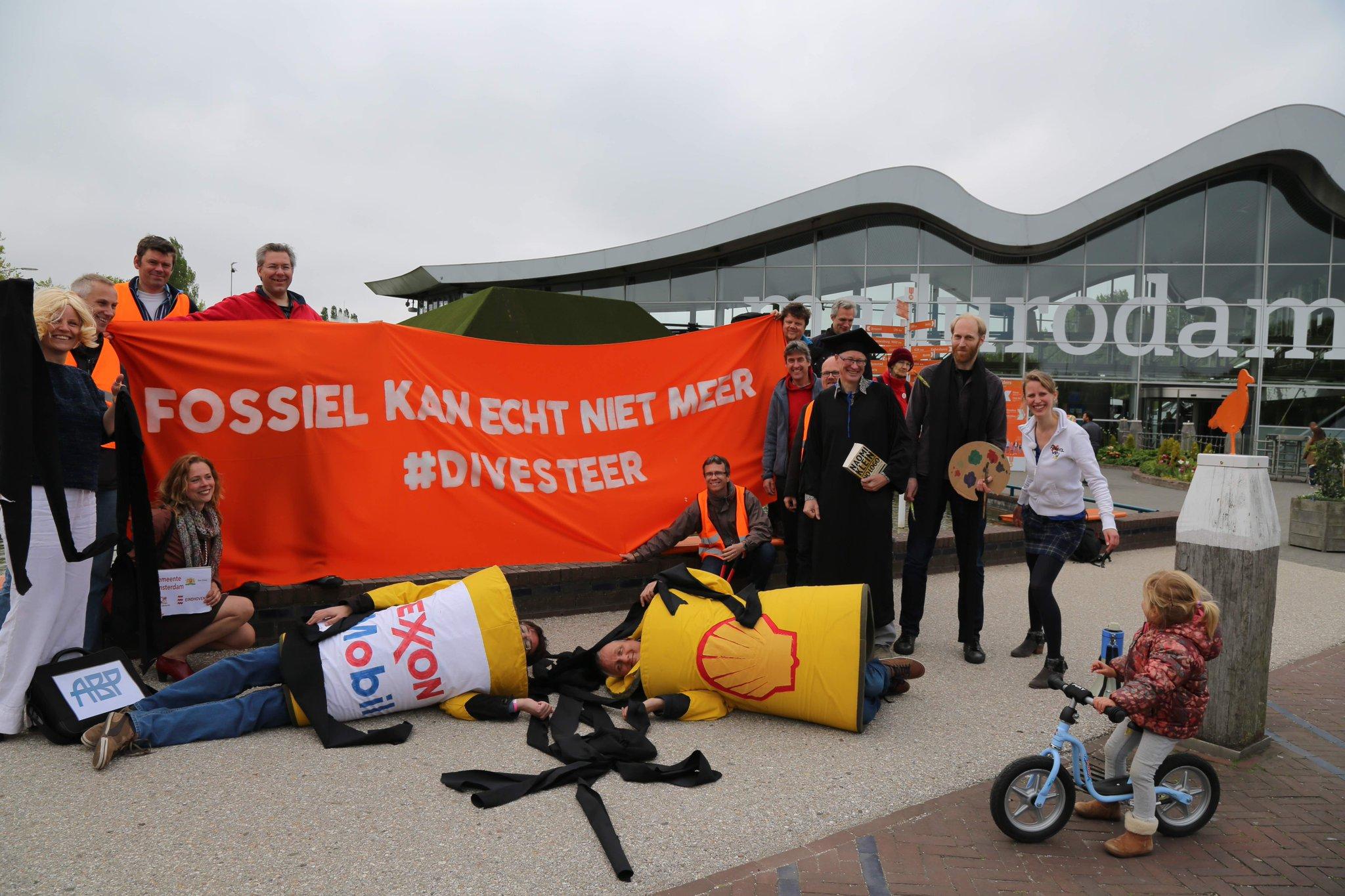 De GDM Divestment actie week is van start gegaan! Mooie kick-off in Den Haag: de banden met fossiel zijn doorbroken! #fossilfree #Divesteer https://t.co/3LPmZapi9H