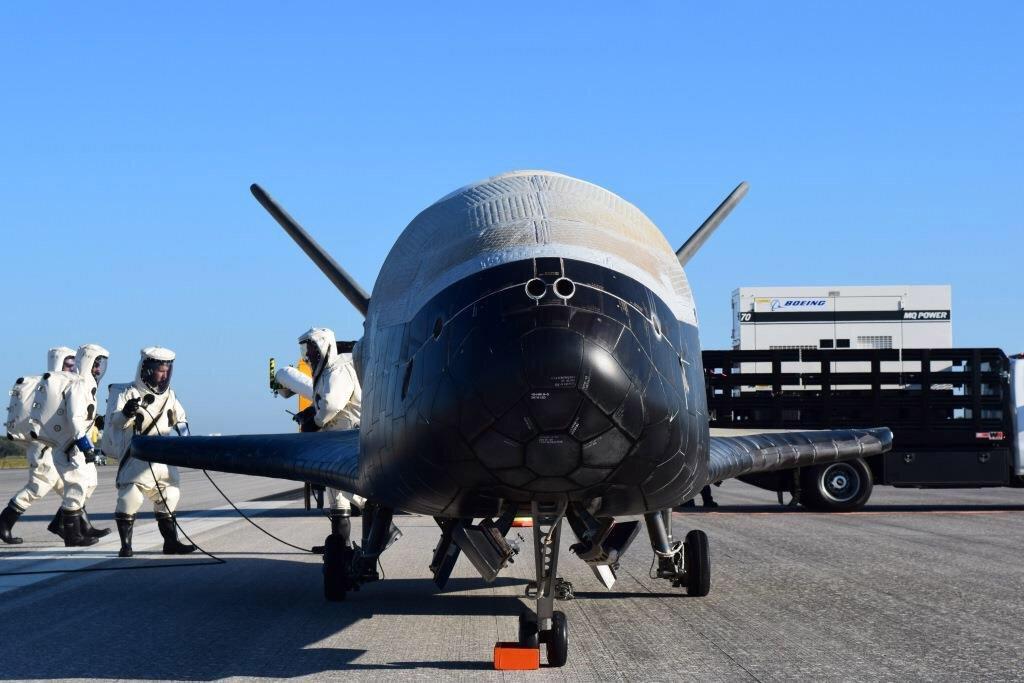 Секретний орбітальний літак ВПС США здійснив успішну посадку після двох років у космосі (ФОТО, ВІДЕО)