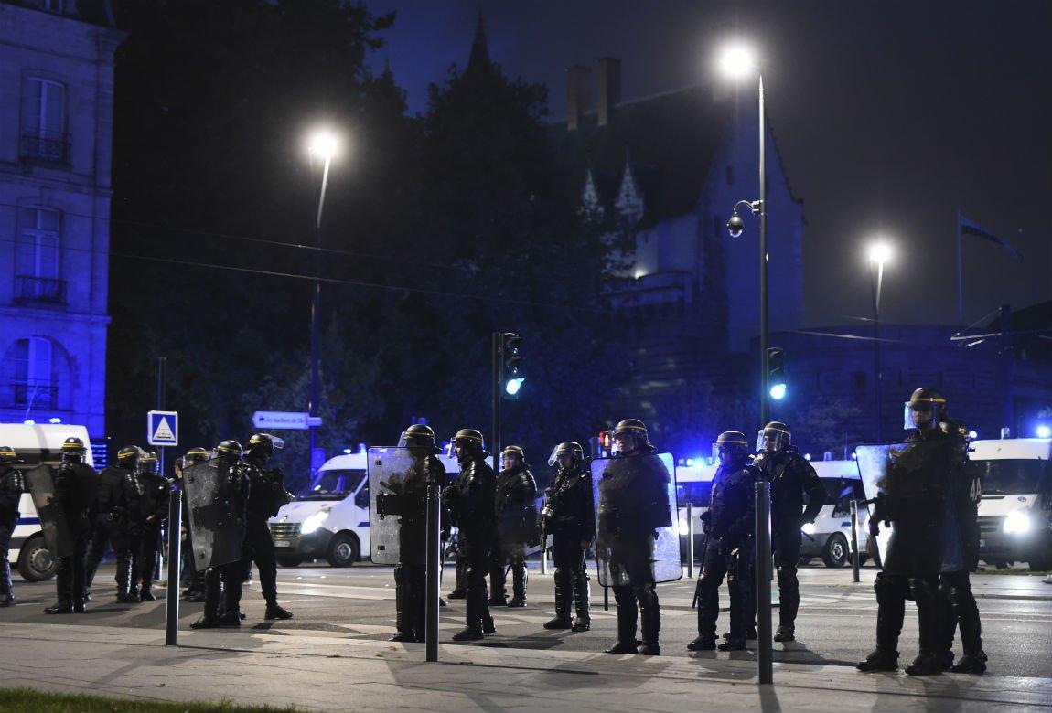 Des échauffourées éclatent à Nantes après l'élection d'emmanuel Macron https://t.co/0ZbE3ZL9L7