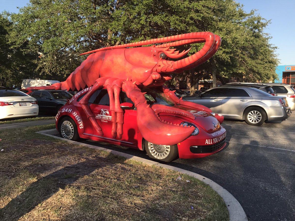 ロブスターの車見つけた。 https://t.co/8nUholXpYM