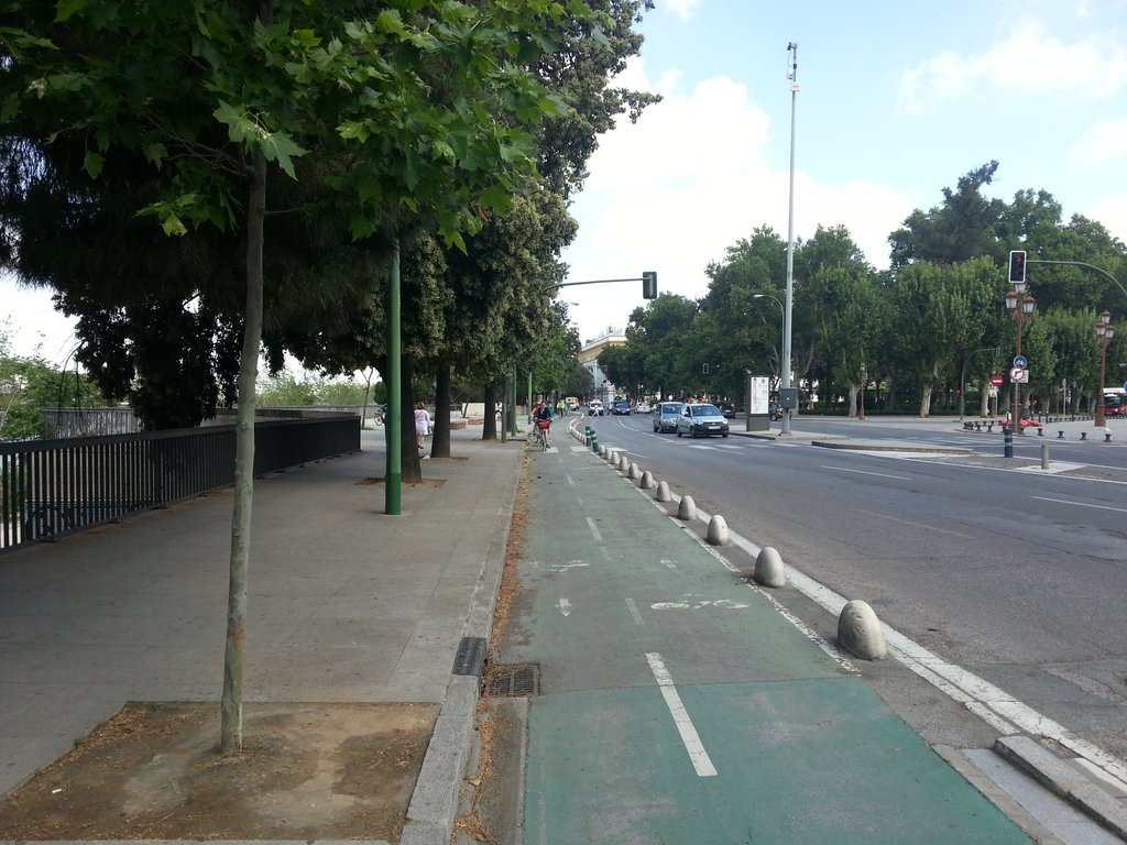 Guess that the 'armadillos' on the bike lanes are just another iteration of the bollards protecting pavements elsewhere #5gomadinSeville https://t.co/lFG0rzdBvO