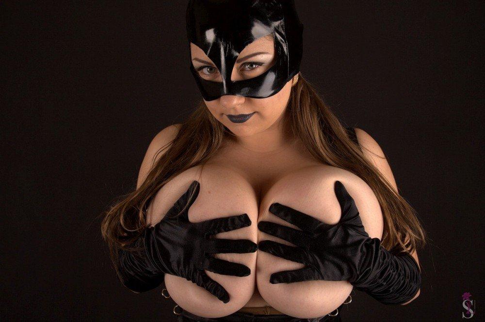 #MondayMotivation #Cosplay Fun W/ Huge Boobs Catwoman @Sexy_Lovely_Sam aka Samanta Lily ➡️